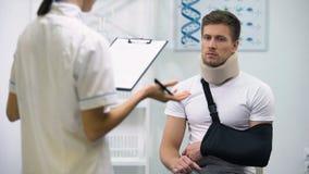 Доктор писать диагноз для того чтобы осадить пациента в воротнике пены цервикальных и слинге руки акции видеоматериалы
