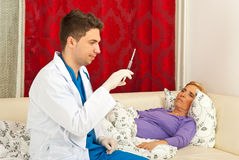 доктор подготовляет старший больной шприц Стоковые Изображения RF