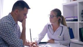 Доктор поддерживает унылого пациента который учил плохой диагноз в медицинском офисе видеоматериал