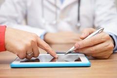 Доктор показывает цифровой рецепт для медицины на ПК таблетки стоковые изображения rf