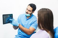 Доктор Показывать Зуб Рентгеновский снимок на таблетке Стоковые Фото