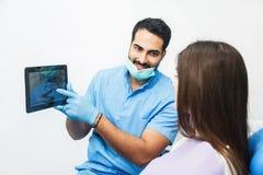 Доктор Показывать Зуб Рентгеновский снимок на таблетке Стоковые Изображения