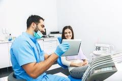 Доктор Показывать Зуб Рентгеновский снимок на таблетке Стоковые Фотографии RF