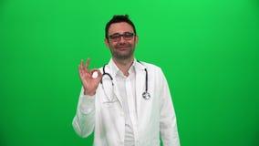 Доктор показывая ОДОБРЕННЫЙ знак видеоматериал