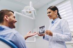 Доктор показывая рентгеновский снимок к пациенту стоковые фотографии rf