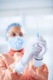 Доктор подготавливает впрыску стоковые фотографии rf