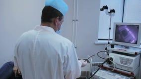 Доктор подготавливает прибор для уносить gastroscopy, и эндоскопию с камерой акции видеоматериалы