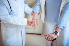 Доктор поддерживая женского пациента стоковое изображение rf