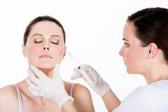 Доктор получает впрыску botox к пациенту женщины стоковая фотография