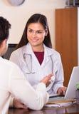 Доктор получая больного пациента Стоковое Фото