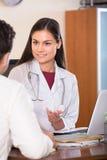 Доктор получая больного пациента Стоковые Изображения
