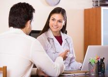 Доктор получая больного пациента Стоковые Фото