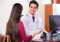 Доктор получая больного пациента Стоковая Фотография RF