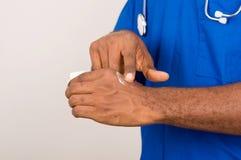 Доктор прикладывая мазь на коже стоковое изображение rf