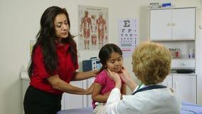 Доктор проверяет больного маленького испанского ребенка видеоматериал