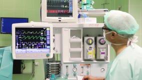 Доктор проверяет существующее положение дел на мониторе II видеоматериал