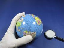 Доктор проверяя глобус с стетоскопом Стоковое фото RF