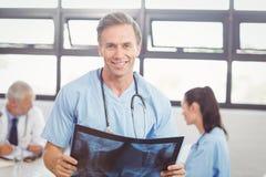 Доктор проводя отчет о рентгеновского снимка в конференц-зале Стоковое Изображение RF