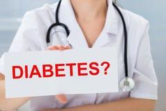 Доктор проводя плакат с текстом диабета Стоковое Изображение RF