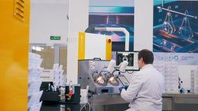 Доктор работает в лаборатории акции видеоматериалы