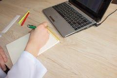 Доктор работая в больнице писать рецепт Место службы ` s доктора медицины Стоковая Фотография