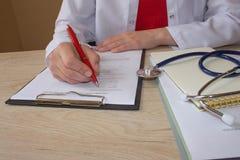 Доктор работая в больнице писать рецепт Таблица деятельности ` s доктора медицины Стоковое Фото