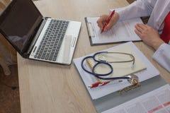 Доктор работая в больнице писать рецепт Таблица деятельности ` s доктора медицины Стоковое фото RF