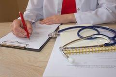 Доктор работая в больнице писать рецепт Таблица деятельности ` s доктора медицины Стоковое Изображение