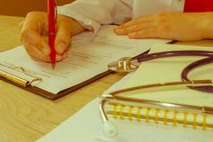 Доктор работая в больнице писать рецепт Doct медицины Стоковое Изображение RF