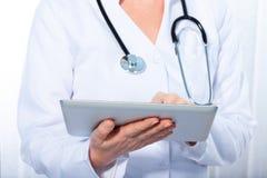 Доктор работая с таблеткой, Стоковая Фотография