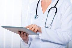 Доктор работая с таблеткой, Стоковое фото RF