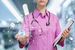 Доктор работая с цифровой схемой глобальной медицинской системы стоковое фото rf