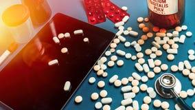 Доктор Рабочее место Концепция Пилюльки, таблетка цифров, капсулы и a Стоковые Изображения RF