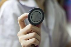 Доктор рассматривает пациента Стоковое Изображение