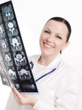доктор рассматривая женский луч изображения x Стоковые Изображения RF