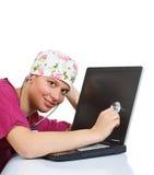 доктор рассматривая женский стетоскоп компьтер-книжки стоковые фото