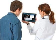 Доктор: Результаты теста доктора Показывать к пациенту Стоковое Фото