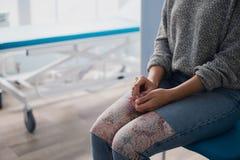 Доктор руки ` s женщины ждать в больнице Стоковое фото RF