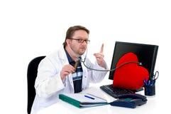 доктор слушает к Стоковая Фотография