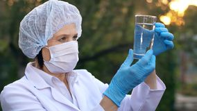 Доктор смотрит стекло воды акции видеоматериалы