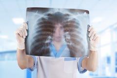 доктор смотря медицинский луч изображения x Стоковая Фотография