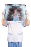 доктор смотря медицинский луч изображения x Стоковые Изображения RF