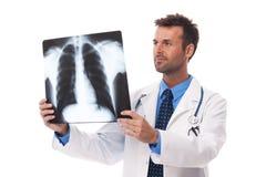Доктор смотря на рентгеновском снимке Стоковое фото RF