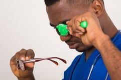 Доктор смотря через прибор клиники стоковые фотографии rf