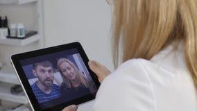 Доктор советует пожененной паре Медицинская на-линия консультации сток-видео