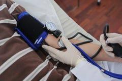 Доктор советует с пациентом со стетоскопом на его руке стоковая фотография