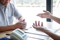 Доктор советуя с с пациентом рассматривая для пациента, представляя симптом результатов о проблеме и порекомендовать метод лечени стоковые изображения rf