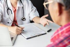 Доктор советуя с с пациентом старшего человека стоковые изображения rf