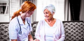 Доктор советуя с с старшей женщиной стоковые изображения rf
