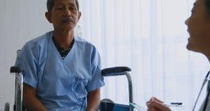 Доктор спрашивая мужскому пациенту об его болезни видеоматериал